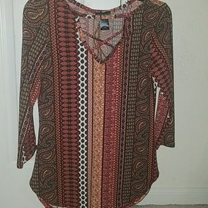 Women's knit print top w/a necklace